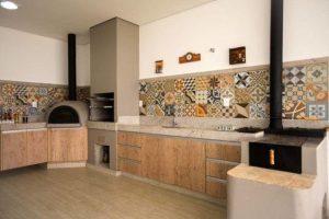 Ambiente churrasqueira premoldada e forno de pizza